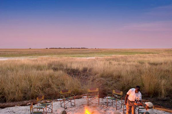 Enjoy an authentic bush campfire at King Lewanika Lodge. © Time + Tide